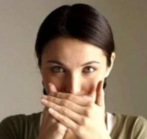 причина запаха изо рта и как устранить