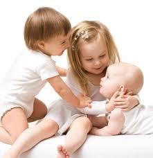 Момент первого знакомства старшего и младшего ребенка