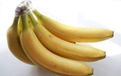 Оберните ножку банана пищевой плёнкой