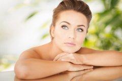 Как правильно ухаживать за кожей вокруг глаз в летний период?
