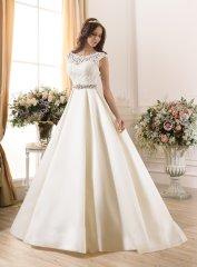 Атласное свадебное платье смотрится стильно и изыскано