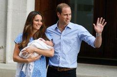 Кейт Миддлтон с мужем Уильямом и маленькой дочерью на руках
