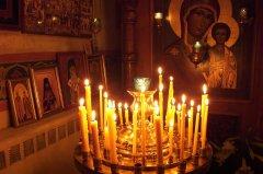 Необходимо поставить свечи в церкви